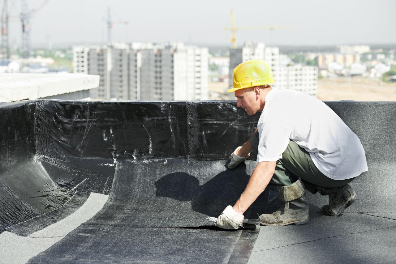 Mantenimiento de Edificios, revestimiento de techo en edificio para evitar filtraciones de agua.
